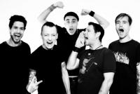 """Gründer ARCHI """"MC MOTHERFUCKER"""" ALERT und JOHNNY BOTTROP sowie Bassist ZIP SCHLITZER haben sich mit den Neuzugängen KID KATZE und EROS RAZORBLADE zum Quintett verstärkt"""